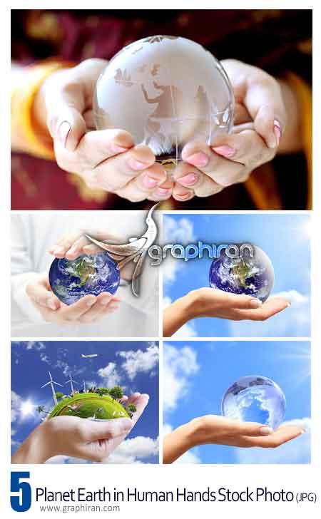 عکس کره زمین در دست انسان